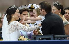 Princess Estelle hug her new auntie, Princess Sofia watched by her parents Crown Princess Victoria and her dad Prince Daniel and grand parents King Catl XVI Gustaf and Queen Sylvia Princess Sofia Of Sweden, Princess Victoria Of Sweden, Crown Princess Victoria, Princesa Estelle, Princesa Mary, Royal Brides, Royal Weddings, Royal Prince, Prince And Princess