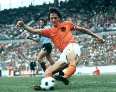 Johan Cruyff, con la selección holandesa durante el mundial de fútbol de Alemania en 1974. El equipo quedó subcampeón, pero deslumbró al mundo con su fútbol total.  GUUS DE JONG (CORDON PRESS)