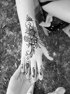 #Henna #neha_mehandi #temporäres_Tattoo #temporary_tattoo #selfmade #henna_by_rinkitoku #hand #Blumen #flowers