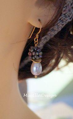 Tropfenförmige Süßwasser Zuchtperlen in Silbergrau habe ich kombiniert mit petrolfarbenen Perlenbällen, die aus winzig kleinen Zuchtperlen gefädelt und geformt wurden. Eine ganz edle...