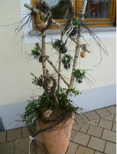 Easter decoration for entrance area Spring Decoration, Diy Easter Decorations, Decoration Table, Flower Decorations, Rustic Flower Arrangements, Sheep And Wool Festival, Diy Osterschmuck, Twine And Twig, Cheap Plants