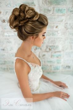 """Jeśli jesteś posiadaczką długich włosów i właśnie polujesz na idealną fryzurę, która dopełni Twój perfekcyjny wizerunek ślubny, to masz szczęście! Dziś dzielimy się z wami 40 super efektownymi fryzurami ślubnymi. Od luźnych loków i zwiewnych upięć, po misternie plecione warkocze i elegancko zdobione koki - czyli dla każdej """"kobiety glamour"""" coś się znajdzie!"""