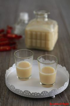 Liquore alla Rossana, una preparazione casalinga, buona e semplice da realizzare. Un'idea regalo che vi farà fare un figurone Kitchen Recipes, Wine Recipes, Great Recipes, Favorite Recipes, Limoncello, Canned Juice, Homemade Liquor, Recipe R, Romanian Food
