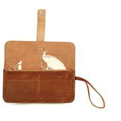 Een handige clutch en portemonnee in één van Keecie. Breed genoeg om er van alles in kwijt te kunnen. Je bent zo klaar om op pad te gaan.Met een print binnen in de tas van een pauw en een koolmeesje die elkaar in de boomtoppen hun geheimen toevertrouwen.