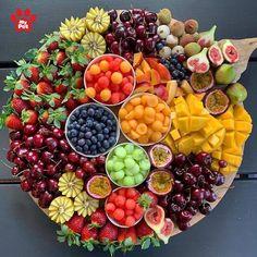 Party Food Platters, Food Trays, Fruit Platter Designs, Charcuterie Recipes, Good Food, Yummy Food, Food Displays, Aesthetic Food, Food Cravings