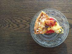 ジンジャーケーキ 350円。北欧のクリスマスによく作られるジンジャーケーキをPaddbre風に。たっぷりといれたジンジャーの辛さと、上にのせたクリームチーズフロスティングが病みつきになること間違いなし。<取扱|Paddbre> Acai Bowl, Lifestyle, Breakfast, Food, Acai Berry Bowl, Morning Coffee, Eten, Meals, Morning Breakfast