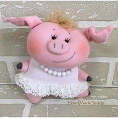 Ткани и шерсть для игрушек,кукол Тильд и др.   ВКонтакте Sewing Stuffed Animals, Cute Stuffed Animals, Stuffed Animal Patterns, Christmas Tree Toy, Felt Christmas Ornaments, Pig Crafts, Felt Crafts, This Little Piggy, Little Pigs