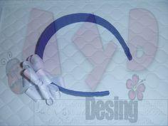 Vincha azul con flor blanca para escuelas