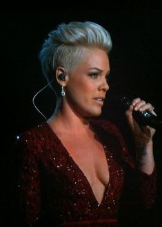 Hair Pink Singer Beth Moore 51 Ideas For 2019 Pink Haircut, Short Hair Cuts, Short Hair Styles, Corte Pixie, Corte Y Color, Funky Hairstyles, Singer Pink Hairstyles, Hair Today, Pink Fashion
