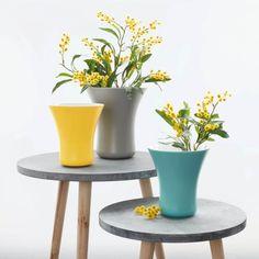 Die kelchförmige Vase in frischem Gelb bringt jeden Frühlingsstrauss zum strahlen. Annie Sloan, Planter Pots, Interior Design, Yellow, Simple, Beautiful Decoration, Modern Design, Color, Loft