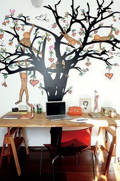 A dona desta casa, em Perdizes, São Paulo, usou seu escritório para fazer uma declaração de amor ao marido e repaginar o ambiente. Para criar o desenho, usou adesivo de árvore e pintura de tinta látex