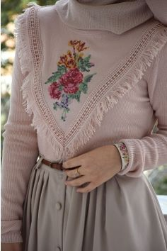 Cross-Stitch Embroidered Powder Pink Sweater - Business Casual for Women Modern Hijab Fashion, Abaya Fashion, Muslim Fashion, Modest Fashion, Fashion Dresses, Abaya Style, Hijab Style Dress, Casual Hijab Outfit, Hijab Chic