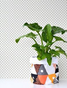 DIY: fabric planter bag from Craft Hunter. perfect for my leftover quilt bits! Diy Craft Projects, Diy And Crafts, Ikebana, Plant Bags, Diys, Pot Jardin, House Plants Decor, Cactus Y Suculentas, Arte Floral