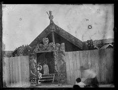 Wooden fence and carved archway over entrance to Te Rauru meeting house, Whakarewarewa, photographed circa by D M Beere. Polynesian People, Maori Designs, Maori Art, Fortification, Ancient Architecture, Film Posters, Genealogy, New Zealand, Entrance
