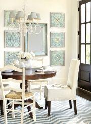 Una colección de grabados y un espejo trae personalidad a este soleada sala de desayunos
