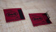Etichetta tessuta D&G supreme JEANS prima e dopo il lavaggio #etichettatessuta #etichetta #labels #essedue #bestoftheday #carpi #ourproduction #madeinitaly