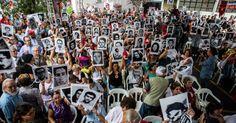 31.mar.2014 - Parentes de desaparecidos pol