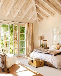 Dormitorio con vigas en beige