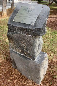 Placa grabada sobre acero inoxidable sobre monolito de piedra