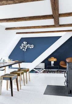Amazing living room with beams in the ceiling, blue paint color and furniture in warm tones. Blue Paint Colors, Wall Colors, Turbulence Deco, Blue Rooms, Scandinavian Interior, Living Room Inspiration, Inspired Homes, Home Staging, Home Living Room