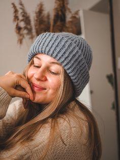 merkki kerroksen 1. oikeaan silmukkaan. HUOM. Merkki asetetaan silmukkaan, eikä 2 silmukan väliin. Koska työssä on 100s, tulee Drops Design, Hats For Women, Handicraft, Knitted Hats, Knit Crochet, Winter Hats, Wool, Knitting, Handmade