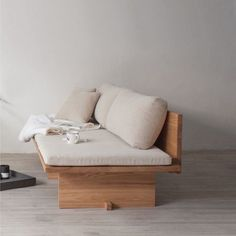 Diy Furniture Couch, Diy Sofa, Living Furniture, Furniture Design, Small Porch Decorating, Sofa Design, Interior Design, Minimalist Sofa, Diy Daybed