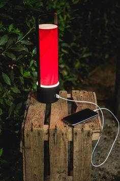 Φορητή και έτοιμη για περιπέτεια, η επαναφορτιζόμενη λάμπα Piknik της LZF σας συντροφεύει με το φως της οπουδήποτε θελήσετε και αν χρειαστεί σας φορτίζει και το κινητό!