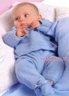 Голубой комплект для малыша: пуловер, штанишки и пинетки. Вязание спицами для детей