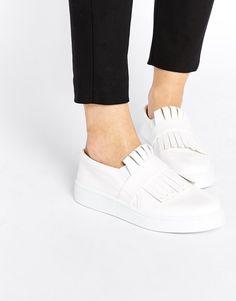 Super cool und super günstig - die schönsten Looks mit weißen Sneakern: http://www.gofeminin.de/styling-tipps/weisse-sneaker-kombinieren-s1474386.html