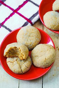 These easy peanut butter cookies have an amazing brownie-like texture: both chewy and soft. The peanut butter flavor is perfectly balanced without being overpowering. These are truly the best peanut butter cookies I've ever tried! Quick Peanut Butter Cookies, Peanut Butter Recipes, Köstliche Desserts, Delicious Desserts, Dessert Recipes, Appetizer Recipes, Yummy Food, Chocolates, Yummy Treats