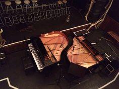 """月見ル君想フ、フロアの中央にグランドピアノを2台入れてのパラシュート""""PIANO""""セッション本日で2日目です。演奏中の指使いは勿論、打鍵によるダンパーやパーツの動きも全部見えるんだけん!"""