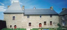 Manoir de Kerduel, Lignol  Jehan Le Courhin, au service du sire de Guémené, reçoit cette terre sur laquelle il bâtit un manoir au XVe siècle. Au XVIe siècle, le domaine appartient aux Perenno de Penvern. En 1612, Jean Perenno est sénéchal de Guémené. Au siècle suivant, mlle Le Feuvre de kerduel et Corentin Le Floch, sont choisis comme parrain et marraine, lors de la bénédiction de la cloche de l'église de Lignol.