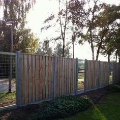 Schutting hout beton zichtdicht tuinscherm chroomvrij geimpregneerd en gewaxd grenen 21 planks waarvan 19pl horizontaal of verticaal, breedte 14cm, dikte 17mm, rvs geschroefd en FSC gecertificeerd hout incl. betonpaal, betonplaat en bevestigingsmaterialen. De betonpalen en betonplaten zijn van gewapend beton, de betonpalen zijn tevens voorgeboord. Indicatie plaatsingskosten 15,- per strekkende meter.
