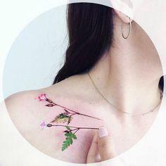 Татуировка с изображением цветка.