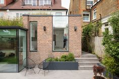 Fraher & Findlay adds wildflower-topped rooms to The Courtyard House l Contemporary architecture house Smooth Concrete, Concrete Floors, Snug Room, Garden Levels, Living Roofs, Arts And Crafts House, London House, Roof Light, Courtyard House
