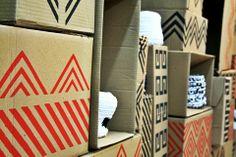Caixas estampadas e cestas de crochê de lycra com motivos indígenas.