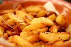 Patate al forno croccanti: la ricetta e i trucchi per prepararle dorate e gustose