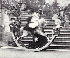 Princesse Helena, la veuve de Prince Leopold, avec sa Princesse d'enfants Alice (sur le cheval à bascule) et le Prince Charles Edward (au-dessous du cheval) et leurs cousins Battenberg, les enfants de leur tante paternelle, Princesse Beatrice.