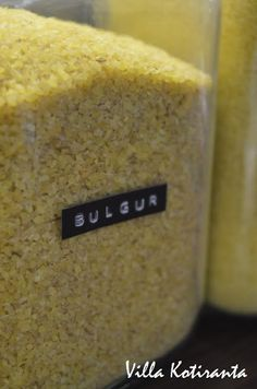 / Glass jars for storing food ingredients in kitchen. Texts to the jars made with Dymo -machine. Glass Jars, Cornbread, Texts, Ethnic Recipes, Diy, Food, Bulgur, Indoor, Boxing