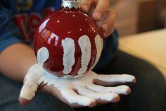 Diese Idee eignet sich auch für Kinder - Mit Handmalfarben Kugeln dekorieren
