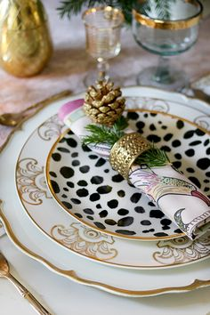 tisch weihnachten gold How to create a glam Christmas table setting on a budget with layered plates in gold black and white Black Christmas Decorations, Christmas Table Settings, Christmas Tablescapes, Holiday Tables, Christmas China, Christmas On A Budget, Christmas Tea, All Things Christmas, White Christmas