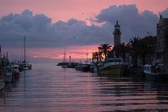 La petite ville est traversée par un canal qui donne accès au port de pêche, aux étangs, et à Aigues-Mortes.