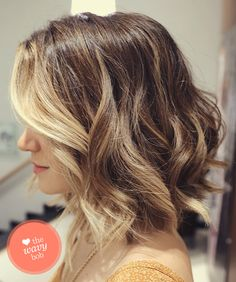 Who says balayage highlights are only for long hair? They look equally great on short hair as well. There are a couple of ways in which you can style your balayage shoulder length hair. Medium Short Hair, Short Hair Cuts, Medium Hair Styles, Curly Hair Styles, Short Wavy, Short Blonde, Dark Blonde, Medium Layered, Long Curly