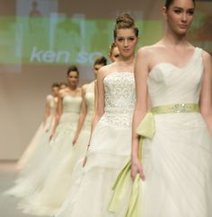 Inspiração para noivas! Os belos vestidos do desfile do estilista Ken So, durante a Semana de Moda de Hong Kong Outono/Inverno - http://epoca.globo.com/tempo/fotos/2014/01/fotos-do-dia-13-de-janeiro-de-2014.html (Foto: Gareth Gay/Getty Images)