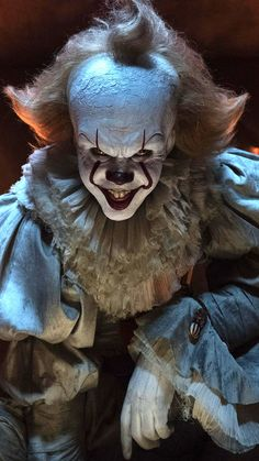 Bill Skarsgård Demonstrates His It Clown Smile - pennywise - Halloween Arte Horror, Horror Art, Gruseliger Clown, Creepy Clown, Creepy Smile, Horror Movie Characters, Horror Movies, Bill Skarsgard Pennywise, It Bill Skarsgard