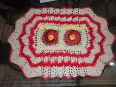 tapete de crochê feito no barbante crú, com flores do campo com barbante vermelho mesclado com o meio da flor em amarelo, contorno das flores com barbante verde mesclado, usei também o barbante decore peludinho. material de excelente qualidade. R$ 45,00
