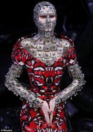 McQueen - she's her own knight, underneath the way the world sees her.)Alexander McQueen - she's her own knight, underneath the way the world sees her. Cl Fashion, Image Fashion, Couture Fashion, Runway Fashion, Trendy Fashion, Fashion Models, Fashion Show, Unique Fashion, Fashion Designers