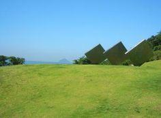Une des œuvres de la Benesse House exposées à l'extérieur : Three Squares Vertical Diagonal de George Rickey