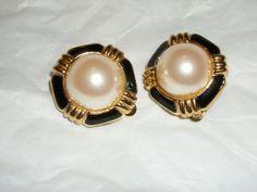 Richelieu pearl earrings with black enamel clip earring vintage signed www.etsy.com/shop/FRANSCOSMETICSBARGIN