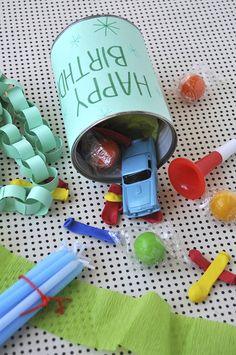 Te damos algunas ideas sobre cómo reciclar latas usadas en nuestro blog: http://servicolor.com/ideas/recicla-las-latas-de-pintura-usadas/